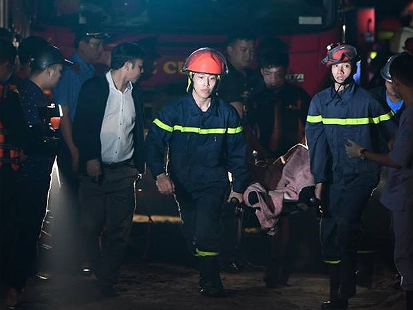 Thi thể nạn nhân được xe cứu thương đưa về nhà xác