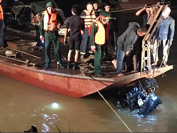 Xe Mercedes lao xuống sông Hồng, xác định danh tính nạn nhân nữ