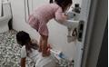 'Chị gái quốc dân': Quỳ xuống nền nhà tắm làm ghế cho em đánh răng