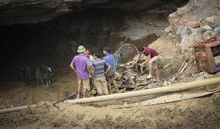 Cứu hộ hai phu vàng mắc kẹt trong hang ở Hòa Bình: Nằm dưới bùn lạnh lẽo lắm!