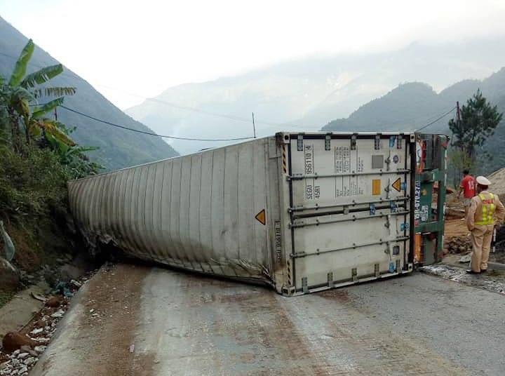 Xe container lật chắn ngang đường gây ách tắc giao thông tại Lai Châu.