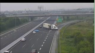 Xe container ngang nhiên quay đầu chạy ngược chiều trên cao tốc Hà Nội - Hải Phòng