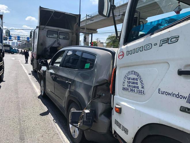 Tai nạn liên hoàn trên Xa lộ Hà Nội,  người trên ô tô bẹp dúm kêu cứu