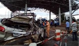 Tai nạn kinh hoàng trước trạm thu phí, ô tô 7 chỗ bị xe khách đâm bẹp dúm