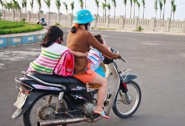 Sốc với cảnh người mẹ một tay lái xe máy, một tay ôm con bú trên đường3