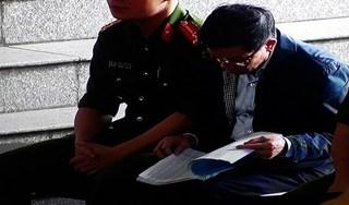 CLIP: Ông Phan Văn Vĩnh chăm chú đọc bản cáo trạng 235 trang