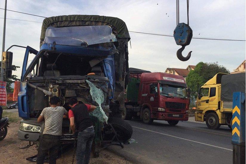 Xe tải tông liên hoàn 2 xe khách trên QL1A, ít nhất 3 người bị thương