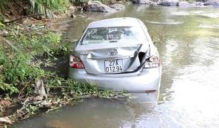 Ô tô lao xuống vực sâu 50 mét, chồng tử vong, vợ và con nguy kịch