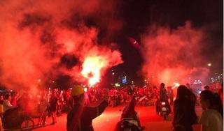 Xuất hiện pháo sáng bên ngoài sân vận động Mỹ Đình sau bàn thắng Công Phượng