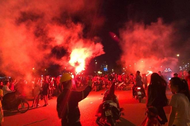 Cổ động viên đốt pháo sáng sau bàn thắng của Công Phượng