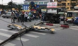 Hà Nội: Xe tải đâm đổ cột đèn rồi lật nghiêng giữa đường