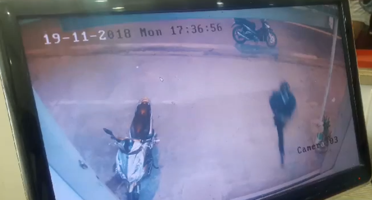 Clip: Thanh niên táo tợn đập tủ kính cướp tiệm vàng trong tích tắc
