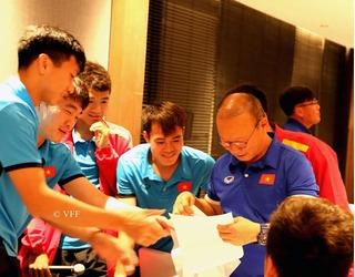 Các cầu thủ Việt Nam tặng quà 20/11 đặc biệt cho HLV Park Hang Seo