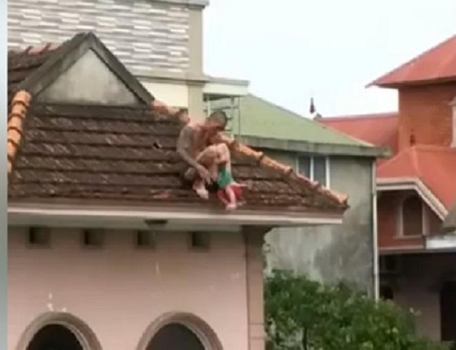 Bé trai hơn 1 tuổi bị đối tượng nghi ngáo đá bắt lên nóc nhà rồi ném xuống đất