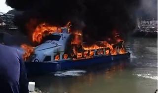 Quảng Ninh: 'Bà hoả' thiêu rụi tàu chở khách đang neo đậu tại bến