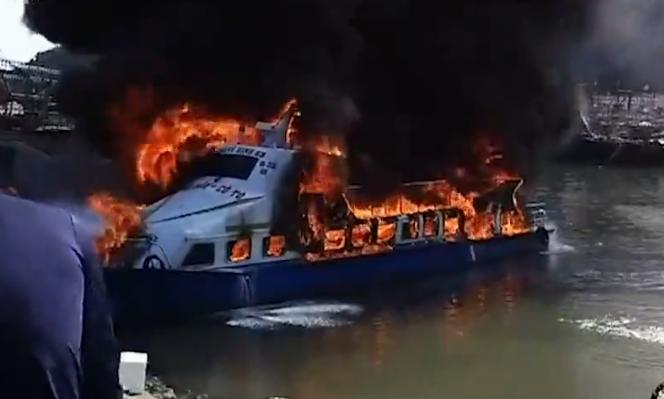 Quảng Ninh: Bà hoả thiêu rụi tàu chở khách đang neo đậu tại bến