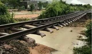 Bão số 9 gây mưa lớn, cuốn trôi đường ray khiến đường sắt Bắc Nam tê liệt