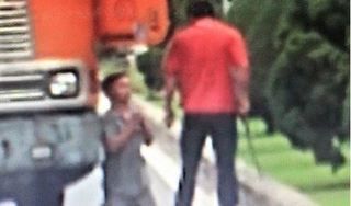 CLIP: Bị đồng nghiệp dọa đánh, tài xế container quỳ lạy giữa đường