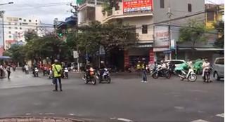 CLIP: Đoàn phượt thủ ngang nhiên chặn ngã tư ở Nam Định cho đoàn xe qua