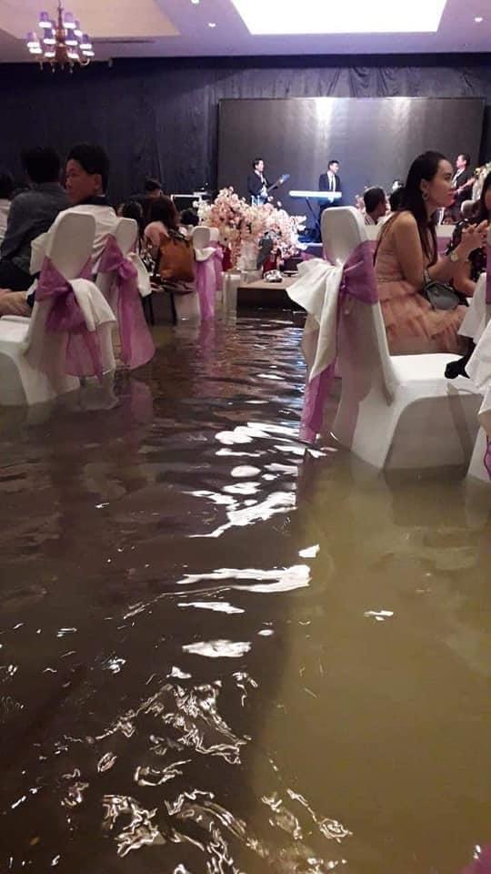 Đám cưới ngày bão: Cô dâu vén váy lội nước bì bõm vào hôn trường3