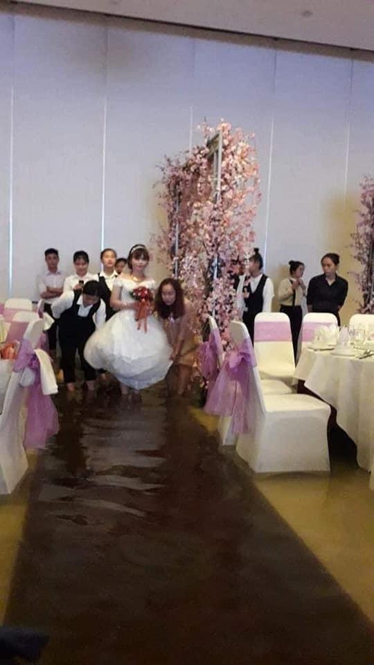Đám cưới ngày bão: Cô dâu vén váy lội nước bì bõm vào hôn trường