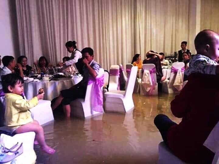 Đám cưới ngày bão: Cô dâu vén váy lội nước bì bõm vào hôn trường2