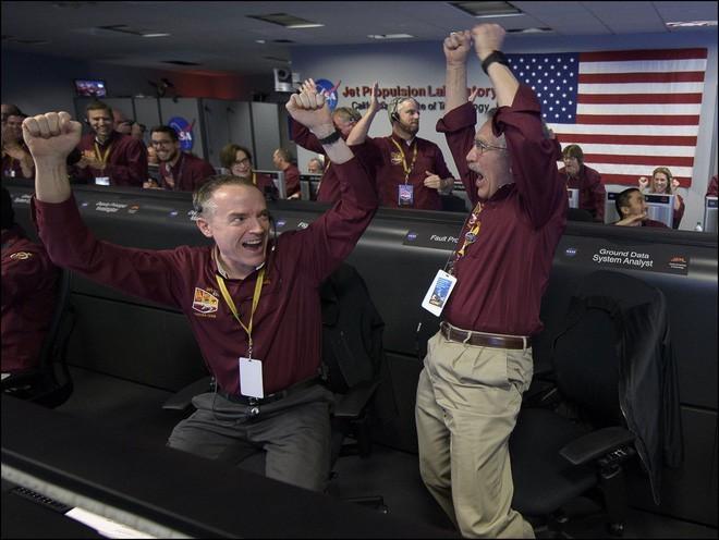 Hình ảnh cận cảnh '7 phút tử thần' của tàu NASA đáp xuống sao Hỏa