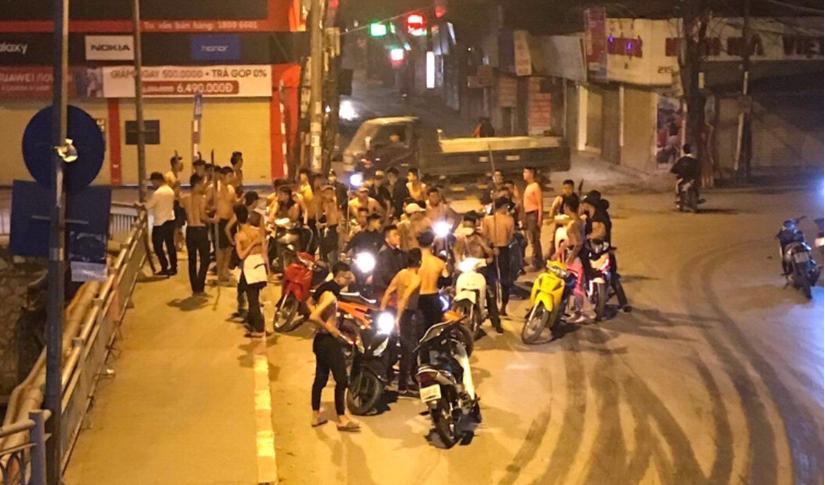 Hơn 20 thanh niên hung hăng vác hung khí diễu hành giữa đường phố Hà Nội