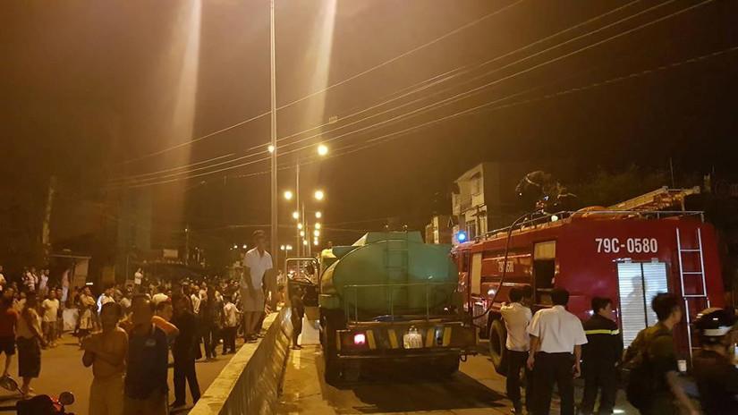 Nha Trang: Cháy ngùn ngụt kèm nổ lớn ở bãi chứa xe bồn