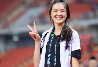 Ngắm nhan sắc xinh đẹp của 'nữ bác sĩ hoa hậu' tuyển Thái Lan tại AFF Cup