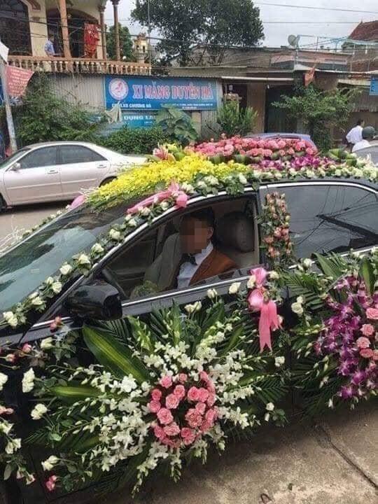 Chú rể lái xe phủ kín hoa đi đón dâu khiến dân mạng xôn xao2