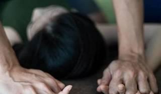 Gã cha dượng cho bé gái 11 tuổi xem phim đồi trụy rồi nhiều lần cưỡng hiếp