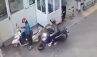 Clip: Dùng điện thoại giữa đường, người phụ nữ bị cướp trong chớp mắt