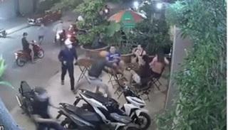 CLIP: Đang ngồi uống cà phê bị nhóm đối tượng cầm dao xông vào chém