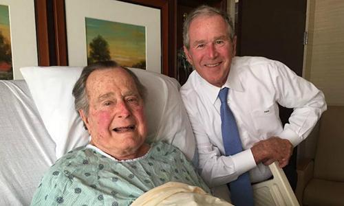 Cựu tổng thống Bush 'cha' bày tỏ tình yêu thương với Bush 'con' trước khi qua đời
