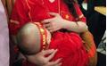 Nữ CĐV gây sốt khi vén áo cho con bú trong lúc cổ vũ cho ĐT Việt Nam