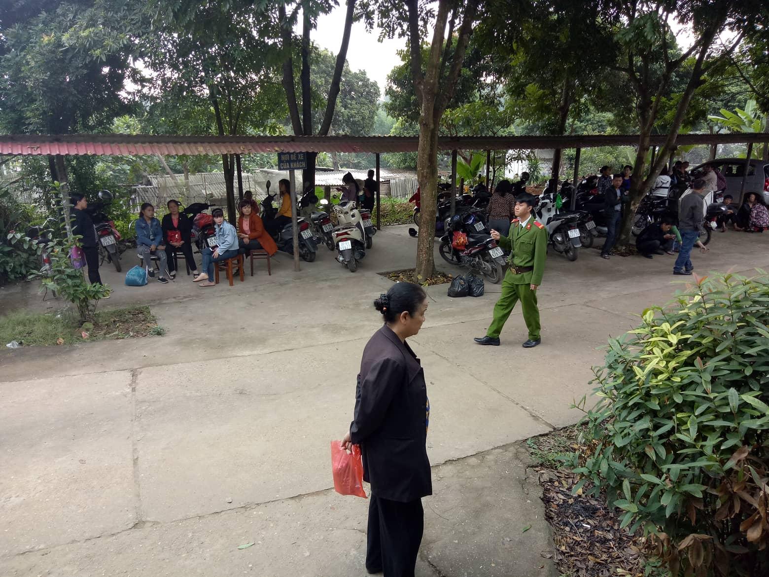 2 mẹ con chị Thúy đi từ rất sớm để có mặt ở Thái Nguyên