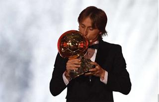 Tiền vệ Modric nói gì khi vượt Ronaldo giành Quả bóng Vàng 2018?