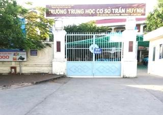 Phẫn nộ clip phụ huynh đến trường xúc phạm thầy giáo vì con mất quần short