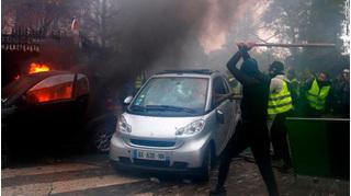 Pháp 'xoay chiều 180 độ', hoãn tăng thuế nhiên liệu để xoa dịu tình hình