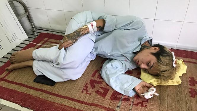 Cả nhà hot girl xăm trổ bị tấn công nhập viện ở Hà Nội