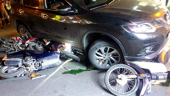 Tin tức tai nạn giao thông mới nhất hôm nay (6/12): Ô tô tông liên hoàn nhiều xe máy, 4 người bị thương