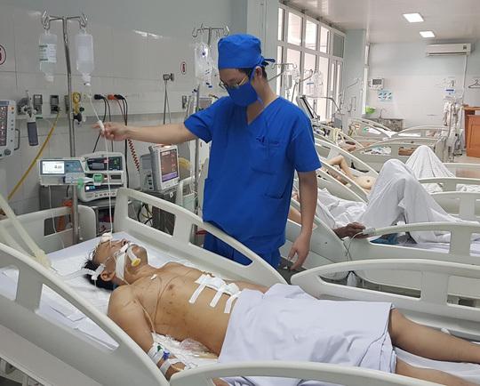 Sau hỗn chiến, 2 nhóm thanh niên chặn xe cấp cứu không cho đối thủ vào viện cấp cứu