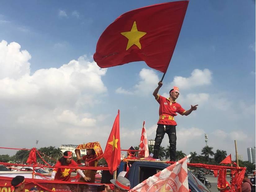 Cầu thủ chưa ra sân, CĐV Việt Nam đã đi bão sớm