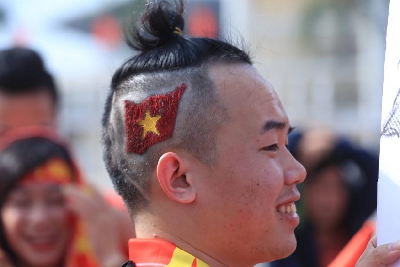 Chàng trai Quảng Nam với mái tóc có 1-0-2 in hình HLV Park Hang Seo
