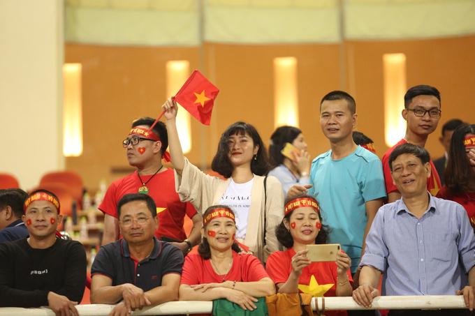 Người yêu của các cầu thủ Việt Nam khoe nhan sắc xinh đẹp trên khán đài