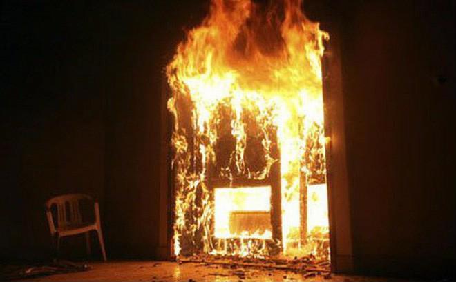 Con gái mua xăng về đổ lên người mình và mẹ sau đó chốt cửa châm lửa thiêu cả hai. Ảnh minh họa