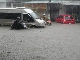 Mưa trắng trời xứ Nghệ, TP Vinh chìm trong biển nước