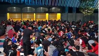 Không 'kém cạnh' fan  Việt, CĐV Malaysia cũng cuồng nhiệt mua vé xem trận chung kết