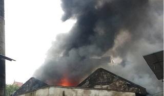 Cháy ngùn ngụt gần chợ Vinh, kho hàng 2.000 mét vuông bốc cháy dữ dội